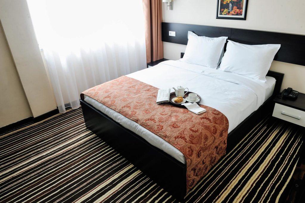 如何讓室內的光線明亮柔和。室內光線明亮,可以選用透光材質,如果要兼顧隱私,可以搭配遮光簾。