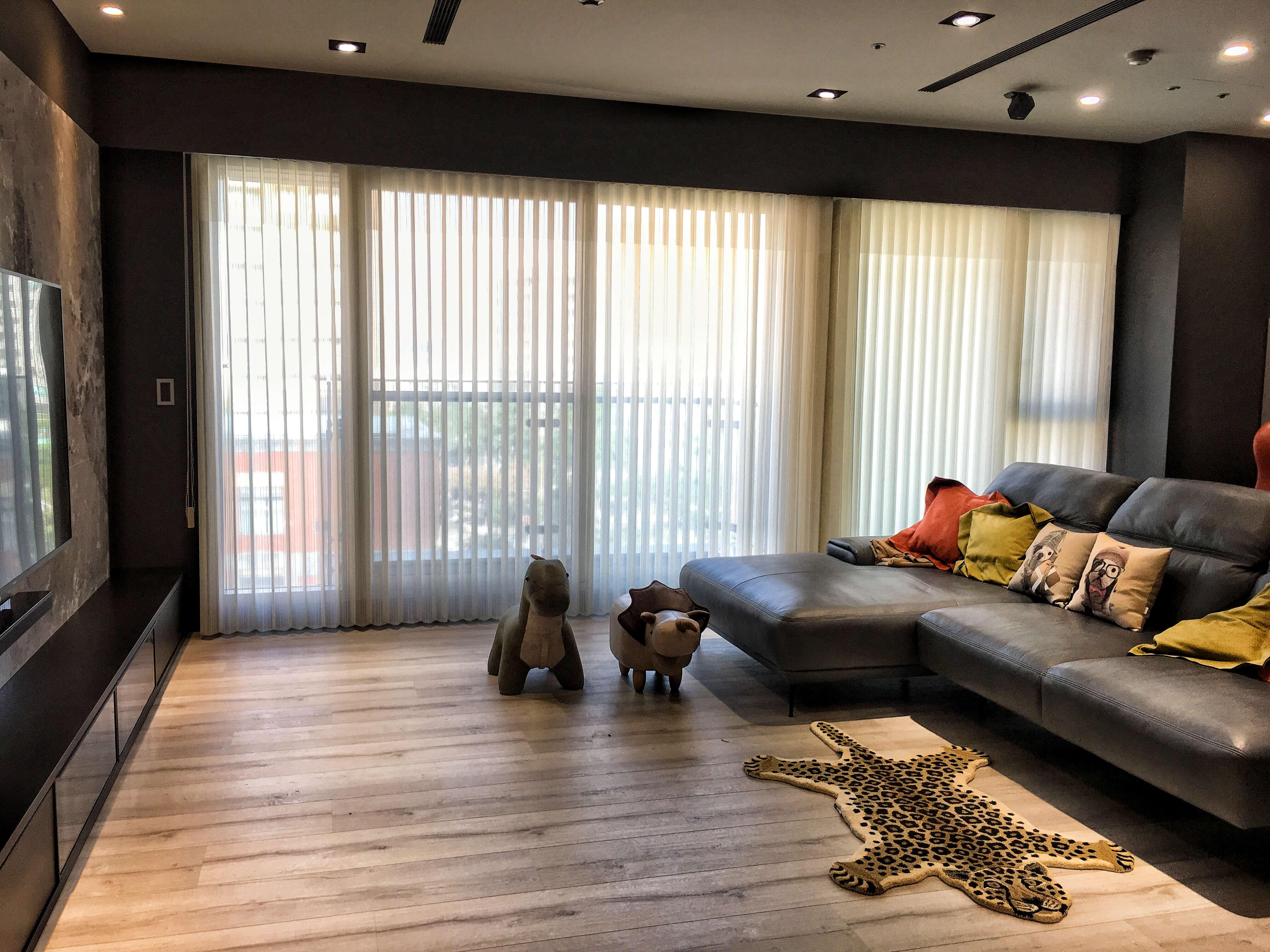 直立柔紗簾推薦 客廳窗簾設計 台中窗簾案例 進口窗飾