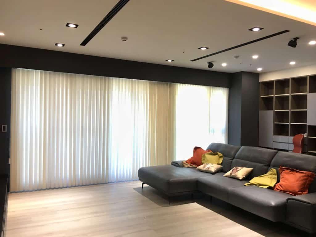 直立柔紗簾推薦 客廳窗簾設計 台中窗簾案例